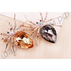 Брошь в виде паука с крупным кристаллом сваровски