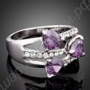 Кольцо с тремя фиолетовыми сердечками и дорожками из фианитов, покрытое платиной