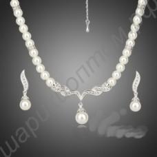 Разительный жемчужный гарнитур (ожерелье и серьги)