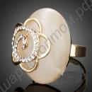 Заметное позолоченное кольцо с цветком из фианитов на поверхности перламутрового камня