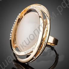 Большое позолоченное кольцо с молочным камнем и фианитовой дорожкой по границе овала