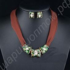 Комплект стильных украшений зелёного цвета, покрытых эмалью и золотом