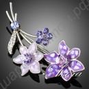 Дивная брошка в виде голубых, фиолетовых и сиреневых цветков с кристаллами