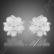 Симпатичные серьги-цветочки со множеством молочных и прозрачных кристаллов