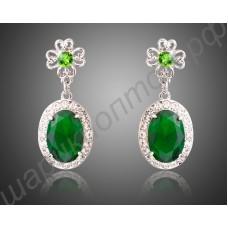 Ласкающие взгляд позолоченные овальные серьги с крупным зелёным камнем и множеством белых камней вокруг