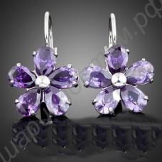 Серьги цветочки с лепестками из фиолетовых фианитов, покрытые платиной