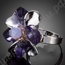 Удивительное колечко фиолетового цвета в виде цветка с лепестками из фианитов